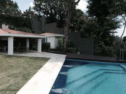 Primer plano de la piscina y al fondo el sector parrillera: Piscinas de estilo moderno por OMAR SEIJAS, ARQUITECTO