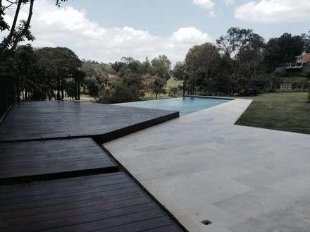 Caminería hacia la piscina: Piscinas de estilo moderno por OMAR SEIJAS, ARQUITECTO