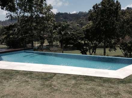 Vista de la piscina desde la habitación principal: Piscinas de estilo moderno por OMAR SEIJAS, ARQUITECTO