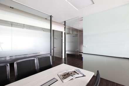 KJ SOFT.:  辦公室&店面 by 築一國際室內裝修有限公司