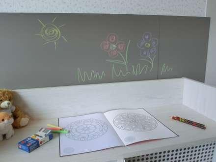 Dettaglio della lavagna: Stanza dei bambini in stile in stile Minimalista di Spaziojunior