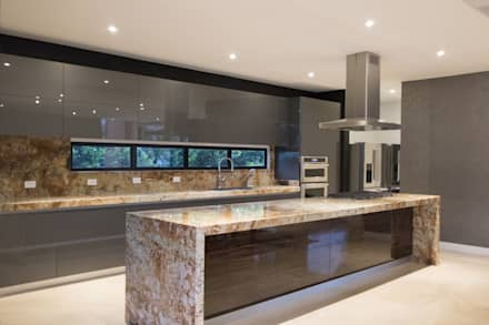 casa pance : Cocinas integrales de estilo  por astratto