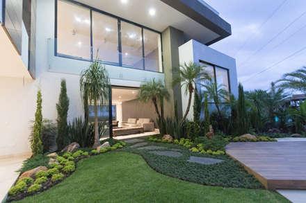 Great Casa Pance : Jardines De Piedra De Estilo Por Astratto
