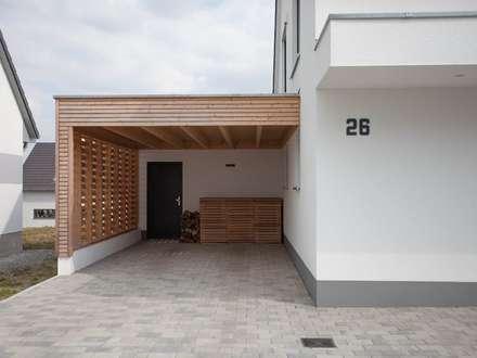 Garajes abiertos de estilo  por Herrmann Massivholzhaus GmbH
