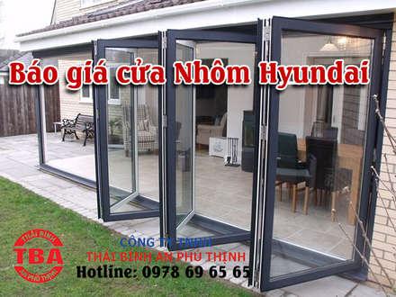 Puertas de estilo  por Cửa Nhôm Hyundai