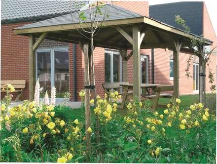 Gazebo KIOSK in legno impregnato 437 x 437 cm con tetto in legno: Giardino in stile in stile Classico di ONLYWOOD