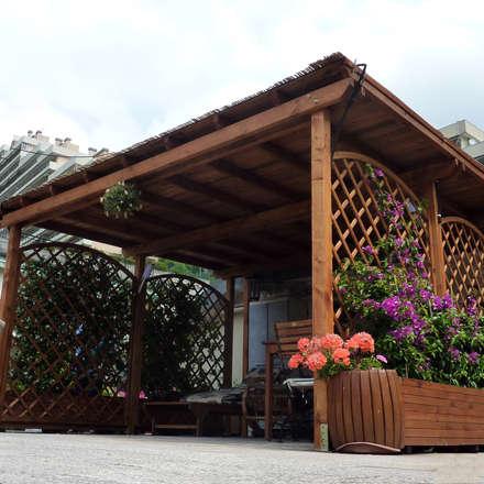 Pergola Addossata con grigliati e fioriere: Giardino in stile in stile Classico di ONLYWOOD