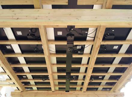 Pergola su misura con copertura PANNELLI FOTOVOLTAICI: Giardino in stile in stile Classico di ONLYWOOD