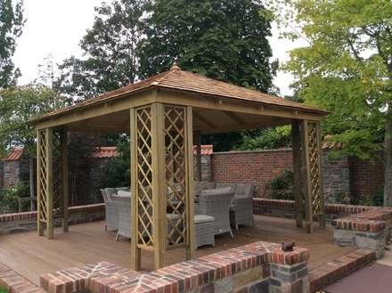 Gazebo COGNAC in legno impregnato con tetto in legno 300 x 300 cm: Giardino in stile in stile Classico di ONLYWOOD