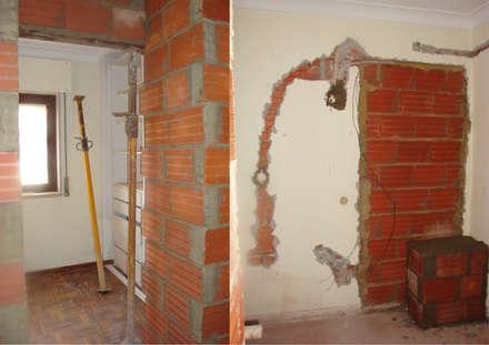 Remodelação de habitação - Acompanhamento de obra: Paredes  por darq - arquitectura, design, 3D