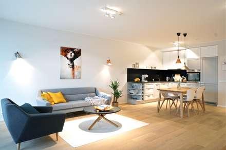 Offenes Wohnzimmer mit Essbereich skandinavisch: skandinavische Wohnzimmer von Baltic Design Shop