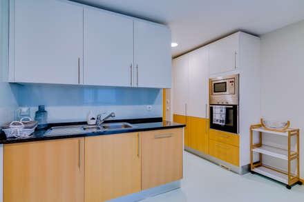 Apartamento Village Marina – Olhão – Apartment in Village Marina – Olhão: Armários de cozinha  por Ivo Santos Multimédia