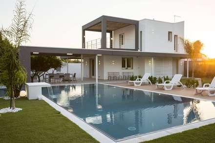 Villa B: Piscina in stile in stile Moderno di DFG Architetti