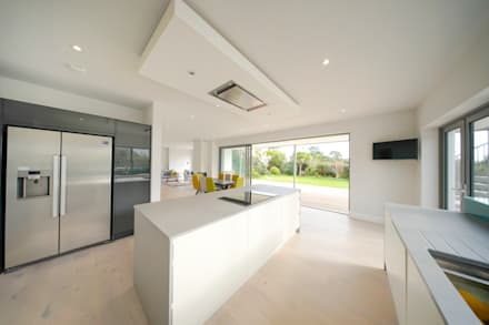 New Build, Falmouth, Cornwall:  Kitchen units by Marraum