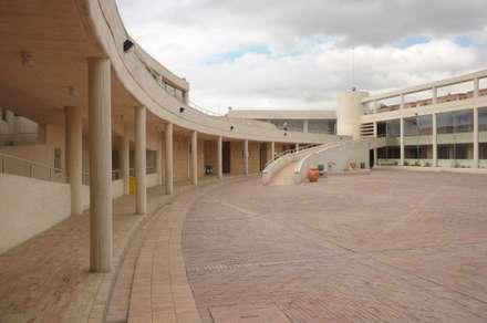 Centro de desarrollo comunitario El Porvenir Bosa : Jardines de estilo moderno por Polanco Bernal Arquitectos