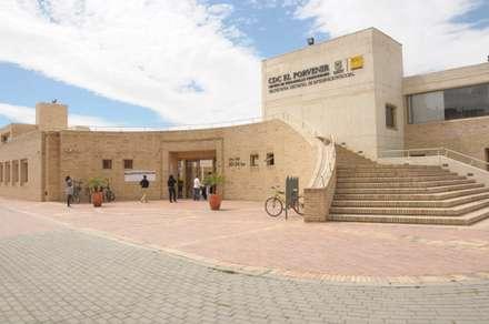 Centro de desarrollo comunitario El Porvenir Bosa : Jardines de piedra de estilo  por Polanco Bernal Arquitectos