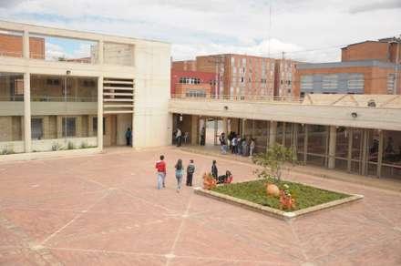 Centro de desarrollo comunitario El Porvenir Bosa : Jardines frontales de estilo  por Polanco Bernal Arquitectos