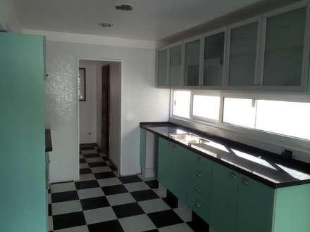 128_CasaVirgo_Vivienda: Cocinas equipadas de estilo  por Rakau Construcción + Arquitectura