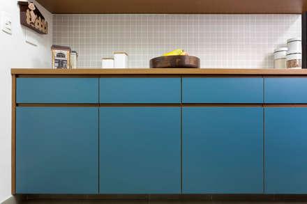 Armarios de cocinas de estilo  por Estudio Piloti Arquitetura