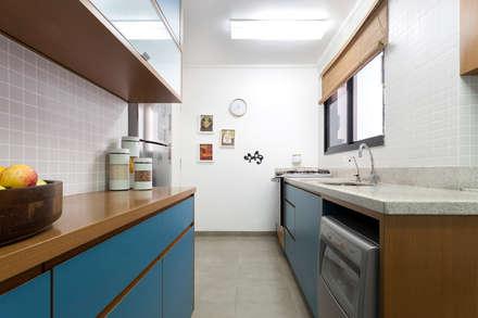 Cozinha formica azul com madeira: Armários e bancadas de cozinha  por Estudio Piloti Arquitetura