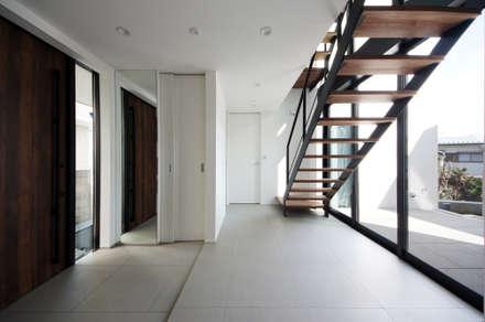 中庭に面した玄関: TERAJIMA ARCHITECTSが手掛けた廊下 & 玄関です。