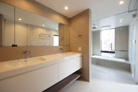 明るいサニタリールーム: TERAJIMA ARCHITECTSが手掛けた浴室です。