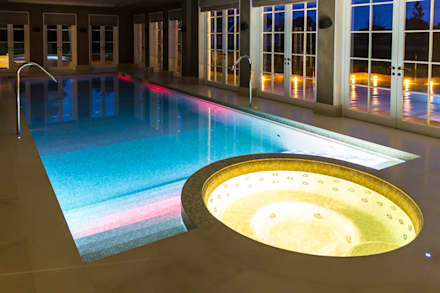 Luxury basement pool and integrated spa:  Infinity pool by London Swimming Pool Company