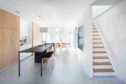 Дизайн-проект небольшого дома в стиле минимализм, площадью 79 кв.м. Москва, 1-ая Останкинская ул. 19: Лестницы в . Автор – Владимир Маркин