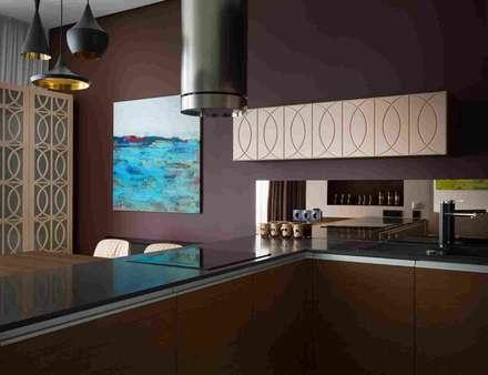Дизайн-проект уютной квартиры в современном стиле, площадью 103 кв.м. Москва, ул. Малыгина: Встроенные кухни в . Автор – Владимир Маркин