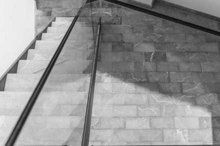 Escaleras de estilo  por Estudio Ortolá Arquitectos
