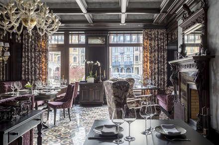 Lampadario in vetro soffiato oro con pendenti Swarovski® e applique classiche Simplicissimus 360 : Gastronomia in stile  di MULTIFORME® lighting
