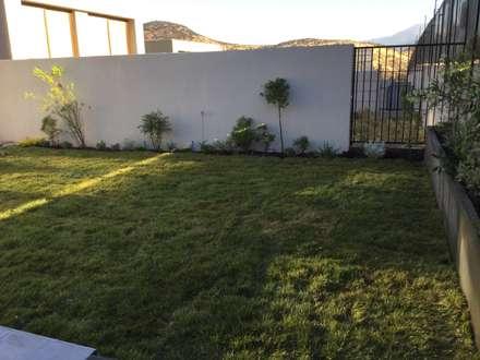Vista General del Terreno: Jardines de estilo moderno por Deck and Garden