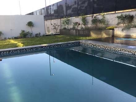 Vista Piscina: Piscinas de estilo  por Deck and Garden
