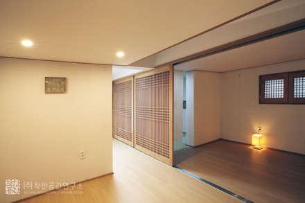 Salas / recibidores de estilo asiático por 주식회사 착한공간연구소