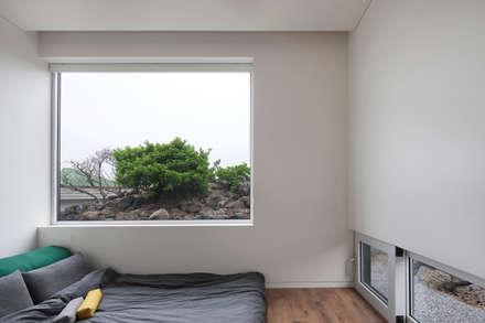 moderner Multimedia-Raum von 백에이어소시에이츠