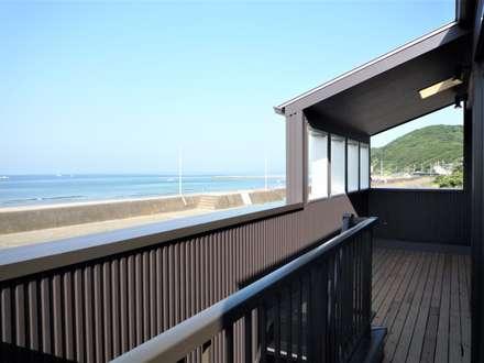 バルコニー: 松井設計が手掛けたビーチハウス・クルーザーです。