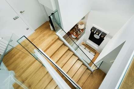 casa ARNAL: Escaleras de estilo  de costa+dos
