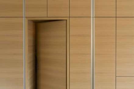 G&G: Porte in stile  di Manuel Benedikter Architekt