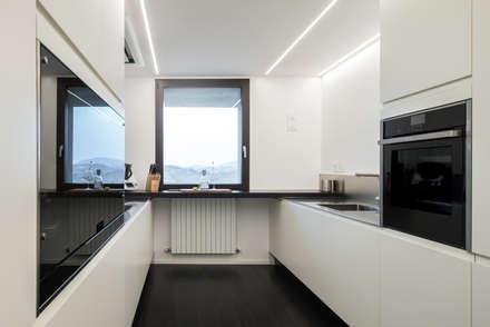Ristrutturazione di un sotto-tetto nei pressi di Urbino: Cucina in stile in stile Moderno di QUADRASTUDIO