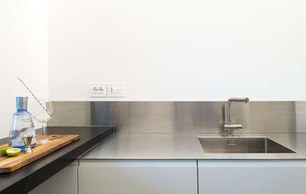 Ristrutturazione di un sotto-tetto nei pressi di Urbino: Cucina attrezzata in stile  di QUADRASTUDIO
