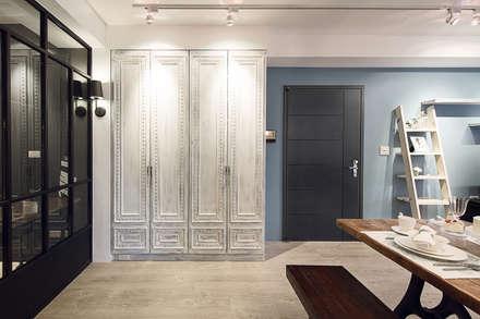 Corridor & hallway by 文儀室內裝修設計有限公司