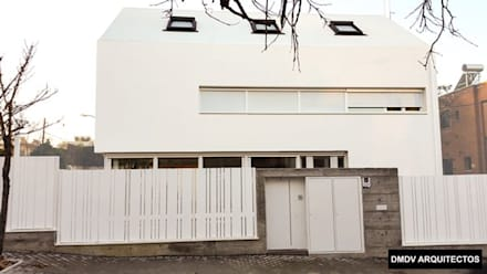 fachada casa titania: Puertas de entrada de estilo  de DMDV Arquitectos