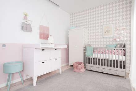 Quarto da Maria Luísa: Quartos de criança ecléticos por This Little Room