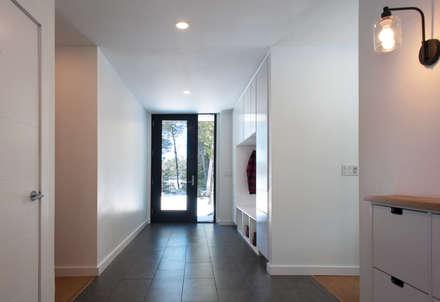 Entranceway:  Corridor & hallway by Solares Architecture
