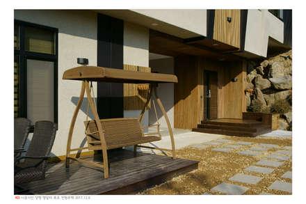 KD탄화목 Thermowood  외장재 시공현장  / 양평 전원주택 : 케이디우드테크 의  정원