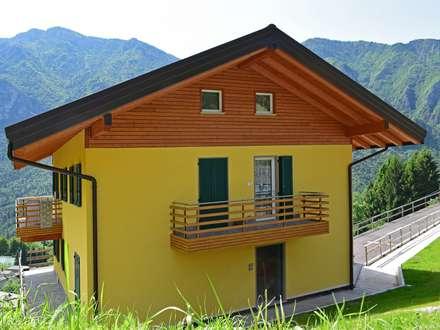 Villa classica in legno a Moio de Calvi (BG): Villa in stile  di Marlegno