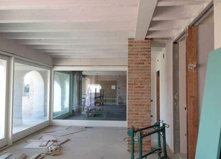 Interni: Sala da pranzo in stile in stile Rustico di studio arch sara baggio