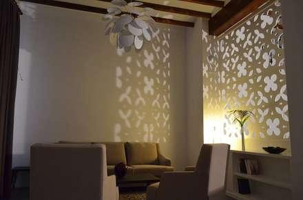 REHABILITACION DE CASA RURAL: Salones de estilo rústico de P. CAMP RODERO SL