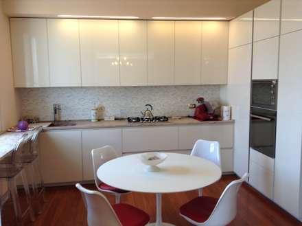 cucina: Cucina in stile in stile Classico di Architetto Paola Pedretti