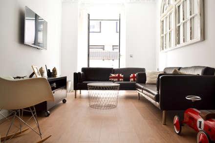 Casa sobre Los Ventanales: Escaleras de estilo  de UNO100 Arquitectura